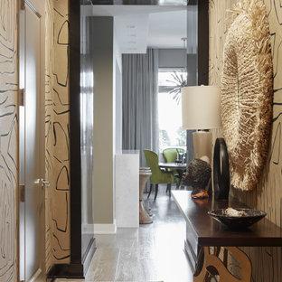 ニューヨークの中くらいの片開きドアエクレクティックスタイルのおしゃれな玄関ホール (茶色い壁、淡色無垢フローリング、茶色いドア、グレーの床) の写真