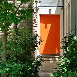 Eklektisk inredning av en ingång och ytterdörr, med en enkeldörr och en orange dörr