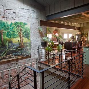 Diseño de distribuidor bohemio con paredes verdes y suelo de madera en tonos medios