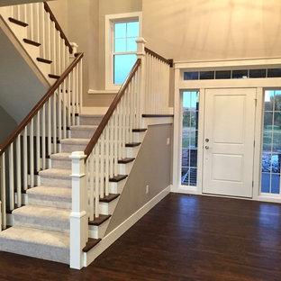 Foto di un ingresso design di medie dimensioni con pareti grigie, una porta singola, una porta bianca e pavimento in vinile