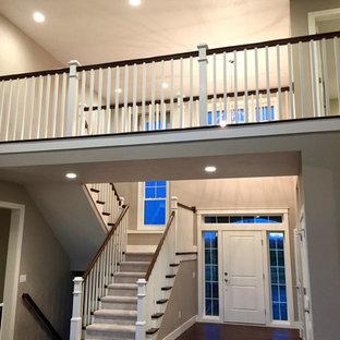 他の地域の中くらいの片開きドアコンテンポラリースタイルのおしゃれな玄関ロビー (グレーの壁、白いドア、クッションフロア) の写真