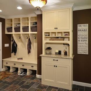 Exempel på ett mellanstort rustikt kapprum, med bruna väggar, skiffergolv, en enkeldörr, en vit dörr och flerfärgat golv