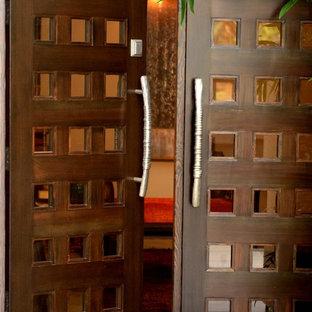 Rustik inredning av en mellanstor ingång och ytterdörr, med vita väggar, travertin golv, en dubbeldörr, mörk trädörr och beiget golv