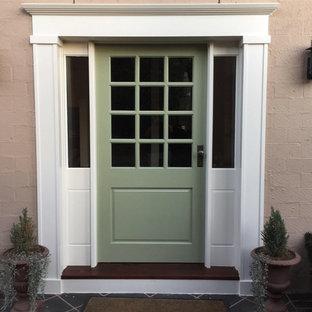 Bild på en mellanstor vintage ingång och ytterdörr, med beige väggar, klinkergolv i keramik, en enkeldörr, en grön dörr och grått golv
