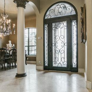 ダラスの片開きドアミッドセンチュリースタイルのおしゃれな玄関 (ベージュの壁、トラバーチンの床、黒いドア) の写真