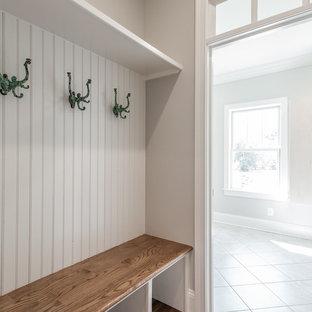 Ispirazione per un piccolo ingresso con anticamera stile shabby con pareti grigie e pavimento in legno massello medio