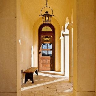 Cette photo montre une porte d'entrée méditerranéenne avec un mur beige.