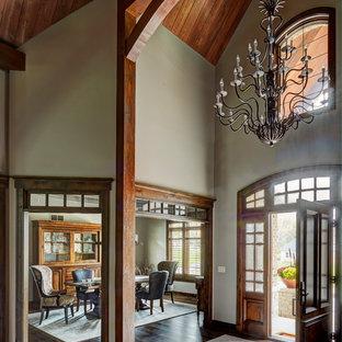 Aménagement d'une grand porte d'entrée montagne avec une porte double et une porte en bois brun.