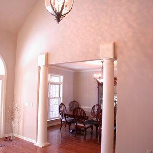 Aménagement d'une entrée de taille moyenne avec un sol en bois foncé.