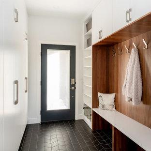 Источник вдохновения для домашнего уюта: тамбур среднего размера в стиле модернизм с белыми стенами, полом из керамогранита, одностворчатой входной дверью, черной входной дверью, черным полом и деревянным потолком