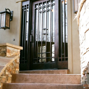 Exempel på en liten modern ingång och ytterdörr, med en enkeldörr och metalldörr