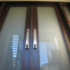 Contemporary Entry by Cardea Building Co.