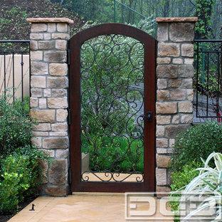 На фото: входная дверь среднего размера в средиземноморском стиле с одностворчатой входной дверью и металлической входной дверью с