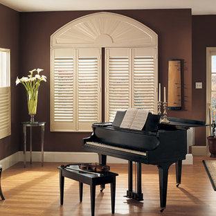 Imagen de entrada moderna, grande, con paredes marrones y suelo de madera en tonos medios