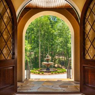 シャーロットの広い両開きドアトラディショナルスタイルのおしゃれな玄関 (黄色い壁、スレートの床、濃色木目調のドア) の写真
