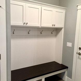 Неиссякаемый источник вдохновения для домашнего уюта: тамбур среднего размера в стиле кантри с серыми стенами и полом из винила