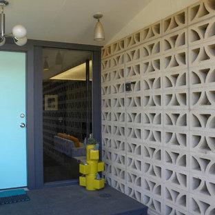 ダラスの片開きドアミッドセンチュリースタイルのおしゃれな玄関ドア (青いドア) の写真
