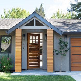 Inspiration för en funkis ingång och ytterdörr, med en enkeldörr, mellanmörk trädörr och grå väggar