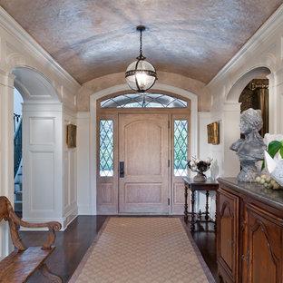 На фото: класса люкс большие фойе в классическом стиле с белыми стенами, темным паркетным полом, входной дверью из светлого дерева и одностворчатой входной дверью