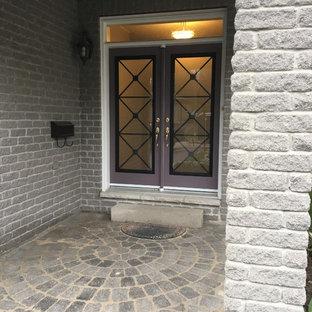 Foto de puerta principal tradicional renovada, de tamaño medio, con paredes grises, suelo de cemento, puerta doble, puerta violeta y suelo gris