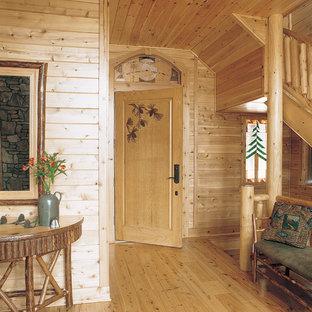 Idées déco pour une entrée montagne avec une porte simple.