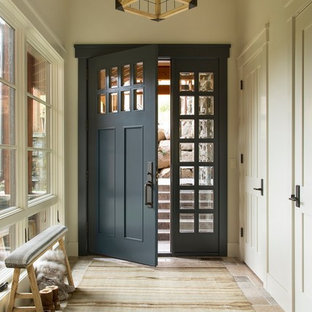 シアトルの片開きドアラスティックスタイルのおしゃれな玄関ホール (ベージュの壁、グレーのドア) の写真