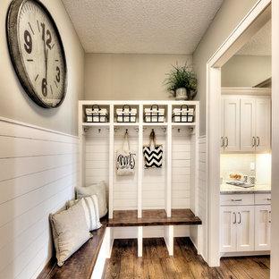 Idéer för vintage kapprum, med beige väggar, mellanmörkt trägolv och brunt golv
