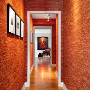 Diseño de puerta principal de estilo zen, extra grande, con paredes rojas, suelo de madera clara y puerta simple