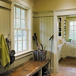 Источник вдохновения для домашнего уюта: тамбур в классическом стиле с оранжевым полом