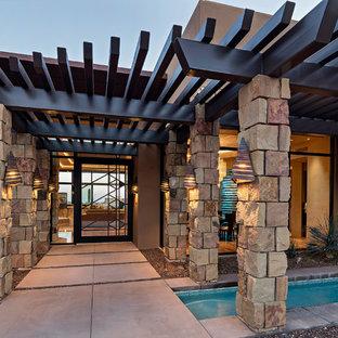 フェニックスの広いサンタフェスタイルのおしゃれな玄関ドア (ガラスドア) の写真