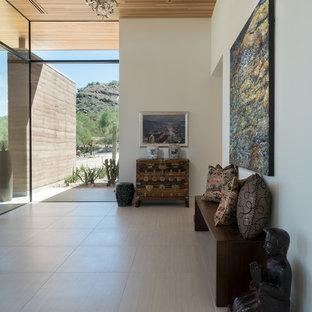 Ispirazione per un ingresso design con pareti bianche e pavimento grigio