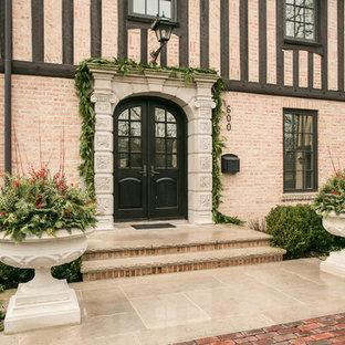 Exempel på en stor klassisk entré, med en dubbeldörr och en svart dörr