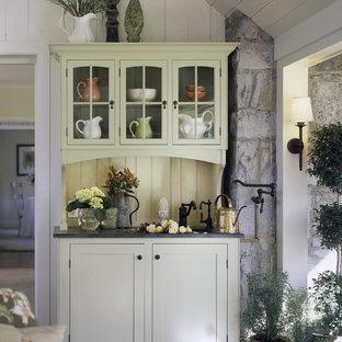 Idéer för att renovera ett shabby chic-inspirerat kapprum, med vita väggar