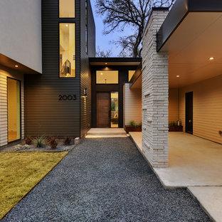 Esempio di una porta d'ingresso minimal con una porta singola e una porta marrone