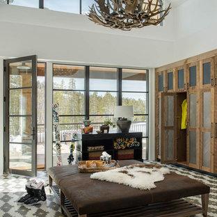 Idee per un ingresso con anticamera rustico con pareti bianche, una porta singola, una porta in vetro, pavimento multicolore e soffitto a volta