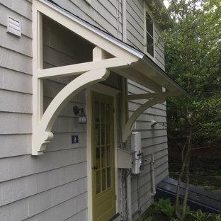Mittelgroße Landhaus Haustür mit Einzeltür und grüner Tür in Boston