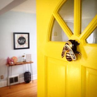 Idéer för att renovera en funkis entré, med en enkeldörr och en gul dörr