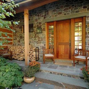 バーリントンの片開きドアラスティックスタイルのおしゃれな玄関ドア (茶色い壁、木目調のドア) の写真