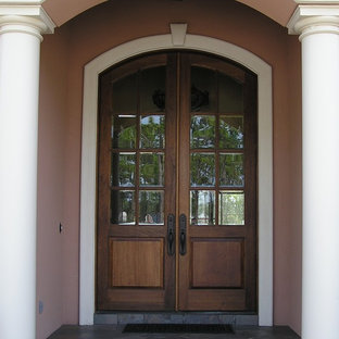 マイアミの中サイズの両開きドアラスティックスタイルのおしゃれな玄関ドア (ピンクの壁、スレートの床、濃色木目調のドア) の写真