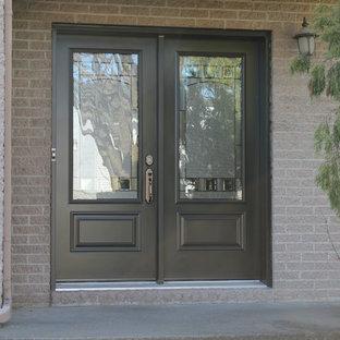 Ispirazione per una porta d'ingresso con una porta a due ante e una porta marrone