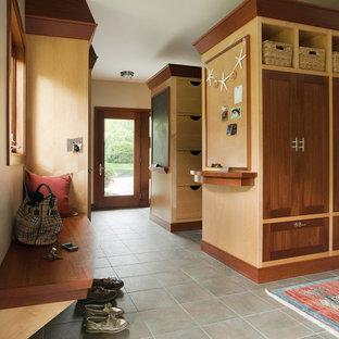 Inspiration pour une entrée design avec un vestiaire.