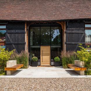 Modelo de puerta principal de estilo de casa de campo con puerta simple y puerta de madera clara