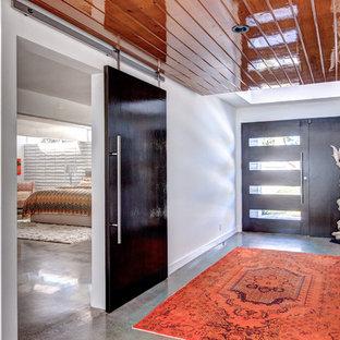 Großer Moderner Eingang mit Korridor, weißer Wandfarbe, Betonboden, Einzeltür, Glastür und grauem Boden in Orange County