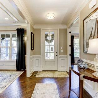 Стильный дизайн: фойе среднего размера с бежевыми стенами, паркетным полом среднего тона, одностворчатой входной дверью, белой входной дверью и панелями на стенах - последний тренд