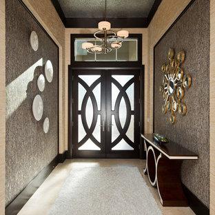 他の地域の中くらいの両開きドアコンテンポラリースタイルのおしゃれな玄関ホール (大理石の床、濃色木目調のドア、ベージュの床、メタリックの壁) の写真