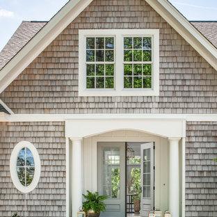 Неиссякаемый источник вдохновения для домашнего уюта: огромная прихожая в морском стиле с двустворчатой входной дверью и стеклянной входной дверью