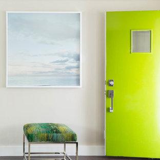 Esempio di un piccolo ingresso minimal con pareti beige, parquet scuro, una porta singola e una porta verde
