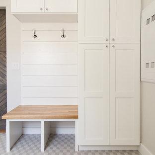 Пример оригинального дизайна: маленькая прихожая со шкафом для обуви в классическом стиле с серыми стенами и полом из керамической плитки