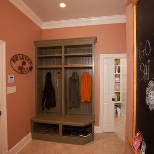 На фото: со средним бюджетом маленькие тамбуры в классическом стиле с розовыми стенами, полом из травертина, одностворчатой входной дверью и белой входной дверью