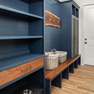 Inspiration för mellanstora klassiska kapprum, med vita väggar och ljust trägolv